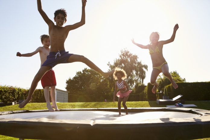 trampoline met kinderen